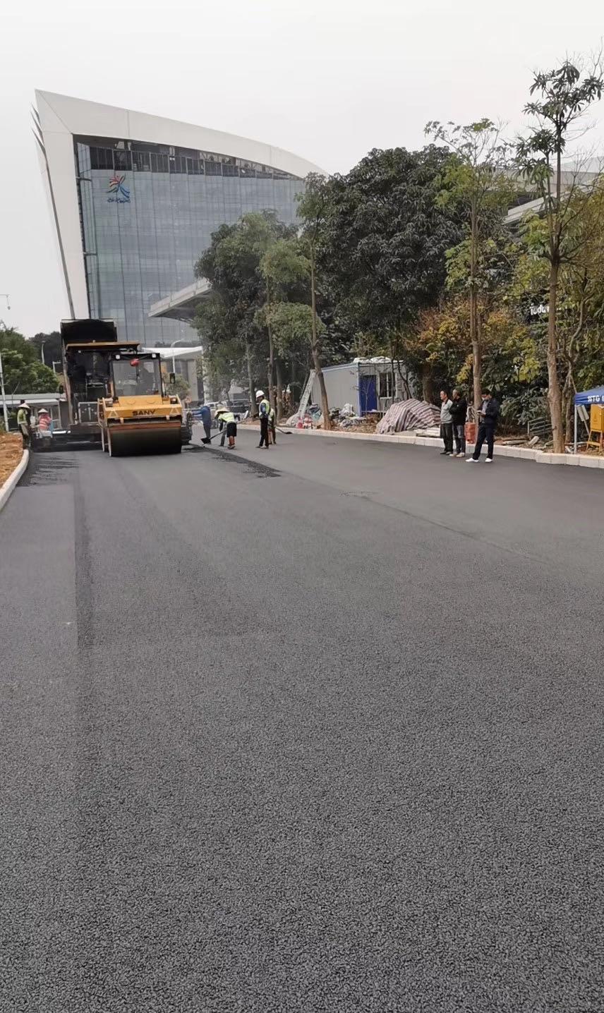 南宁市会展中心豪生大酒店沥青道路施工现场