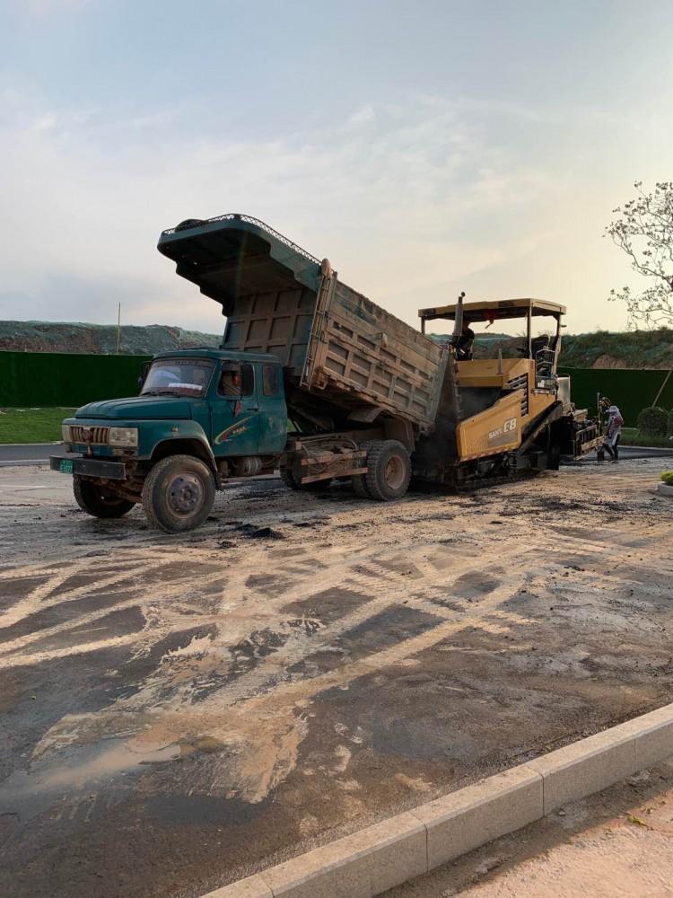 南宁市观澜溪谷售楼部沥青道路施工