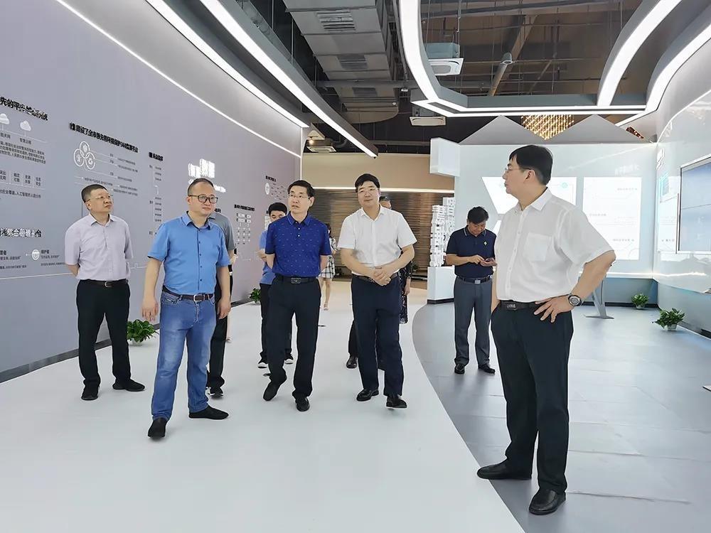 一舟訪客丨上饒市副市長胡劍飛陪同工程院院士團隊一行蒞臨一舟江西大數據產業園參觀考察